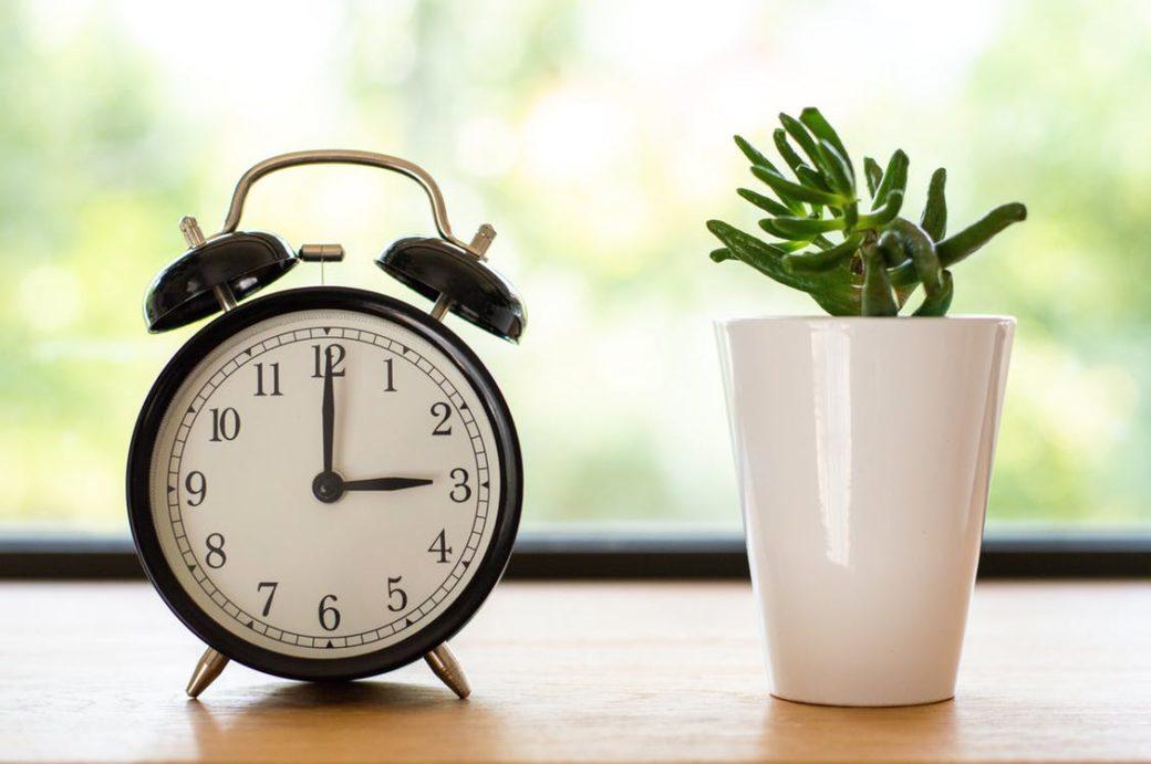 人気スマートスピーカーの目覚ましを有効に活用する